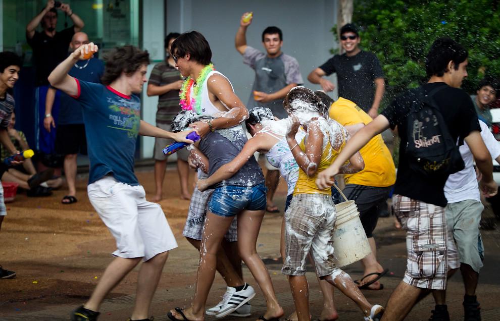 Escenas como esta se podían ver en horas de la tarde del domingo, la plaza presenció una batalla campal con globitos de agua y latas de espuma. (Tetsu Espósito - Encarnación, Paraguay)