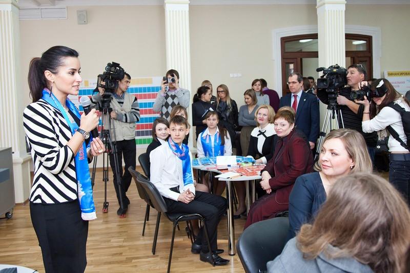 Тина Канделаки играет со школьниками в Казани