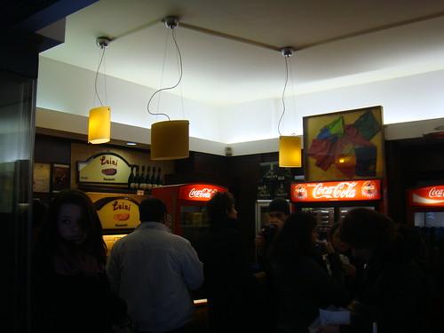 Clientes disfrutando de los panzerotti in situ