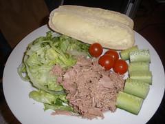Tuna salad with bread