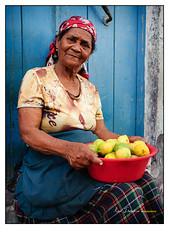 Santo Antão - Cape Verde (Ron Isarin impressions) Tags: africa portrait woman verde colors 35mm lemon cabo nikon market colorfull citroen lemons ron cape impressions nikkor markt portret vrouw kleur limão limões 14g d700 citroenen kaapverdie isarin