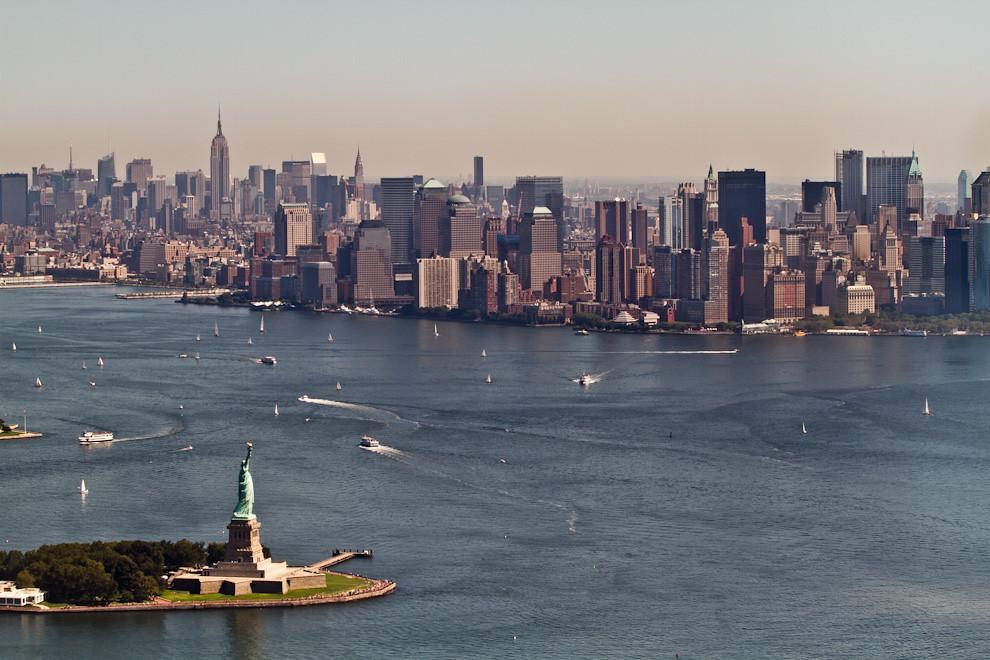 Uno de los primeros viajes fuera de Paraguay realizados por Yluux a Washington y Nueva York. Una imponente vista de la Estatua de la Libertad y los rascacielos de Nueva York, desde un helicóptero que recorre en un vuelo turístico de 15 minutos, los puntos principales de Manhattan. (Tetsu Espósito - Nueva York, Estados Unidos)
