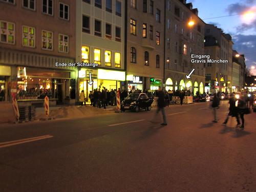iPad2 Warteschlange vorm Gravis Store München