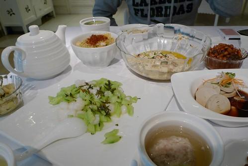 话梅花生/素鸡/茶叶虾仁黄瓜/干丝/炒饭/狮子头/茶叶茶