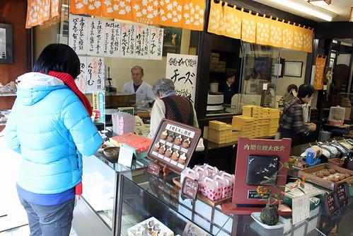 """Shops selling Nationally famous maple-leaf shape with filling """"Moniji Manju"""""""