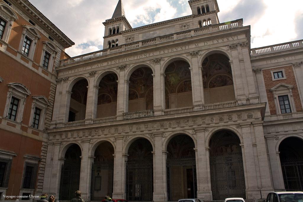 Façade de Domenico Fontana : on voit les peintures, derrière les arcades