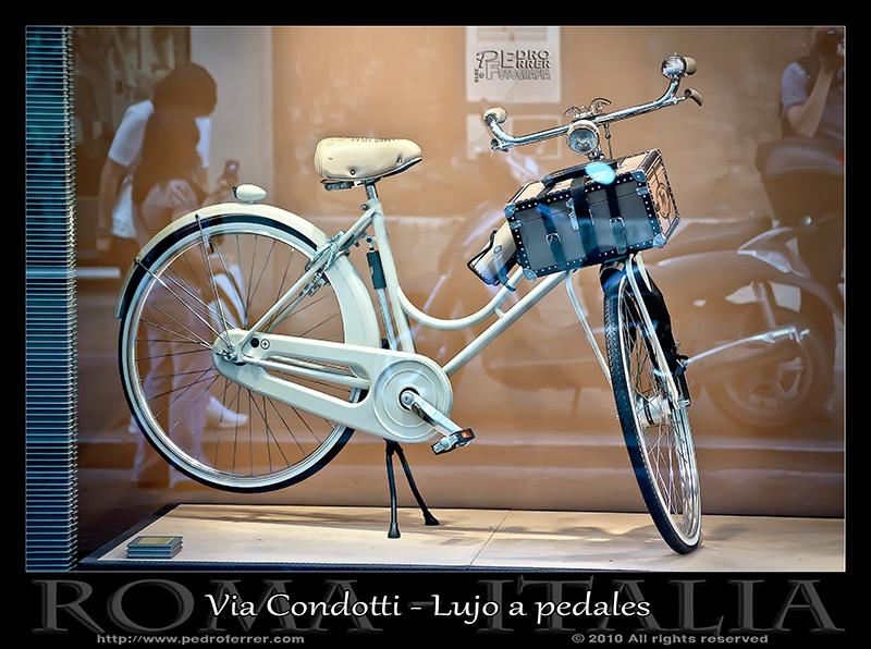 Roma - Via Condotti - Lujo a pedales
