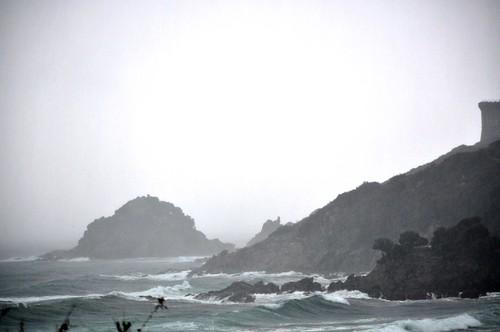 Pointe et tour de Fautea : brume et tempête