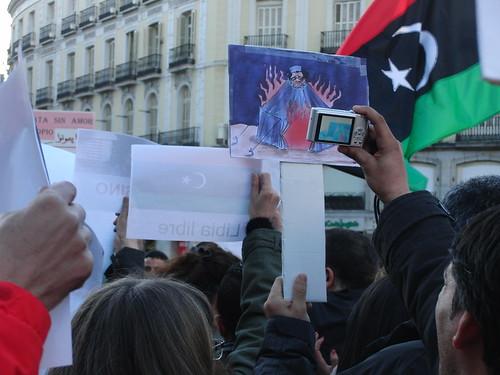 Cartel tienda ardiendo con Gadafi dentro