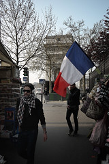 Bleu Blanc Rouge (srie) (Jack_from_Paris) Tags: street paris france monument de tag arc triomphe panasonic micro kiosque rue 43 drapeau journaux f35 tricolore passants dmcgf1 pancake14mmf25asph p1020006gf1