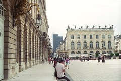 Place Stanislas (Rotdenken (Jules Rigobert)) Tags: city light sky people urban france tower buildings town photo frankreich europa europe flickr torre foto tour place platz centro himmel ciudad center ciel nancy stadt histoiredefrance piazza turm oldtown lorraine francia mitte 54 dreamland btiment gebude ville gens lampadaire citt  urbain centrostorico stanislas 21stcentury 54000  placestanislas francja historiccenter suqare centrehistorique lothringen meurtheetmoselle   historischerstadtkern hccity strasenbeleuchtung xxiesicle nanzig historyoffrance geschichtefrankreichs rotdenken julesrigobert