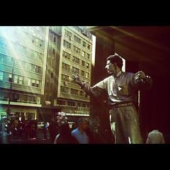 O homem esttua, a luz, o sol, o algodo-doce e a multido (Thile Elissa) Tags: portrait luz sol raios pessoas retrato centro portoalegre poa rs homem trabalho prdios esttua edifcios rapaz algododoce multido homemesttua thileelissa polaroida500c