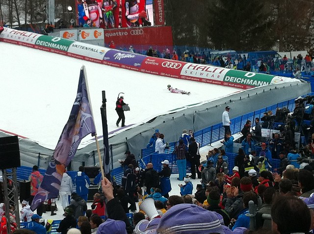 Weltmeisterin Anna Fenninger am Boden - Slalom Super-Kombi der Frauen am Gudiberg