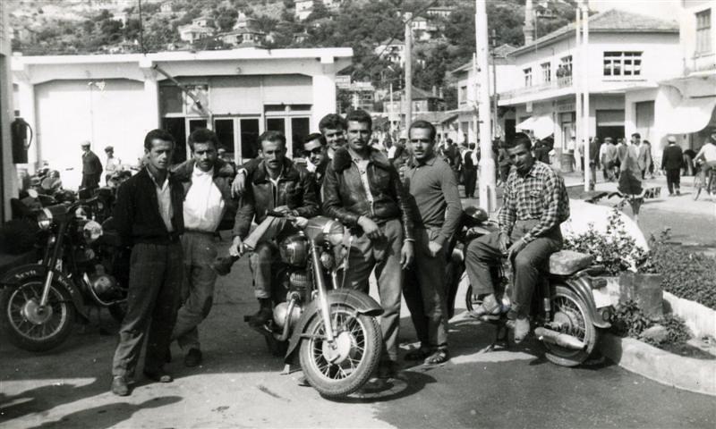 Tayyar Hacıkura ve arkadaşları motorsikletleriyle düğün konvoyunda. 1960'lı yıllar
