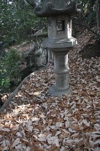冬枯れの灯籠 / Quietly