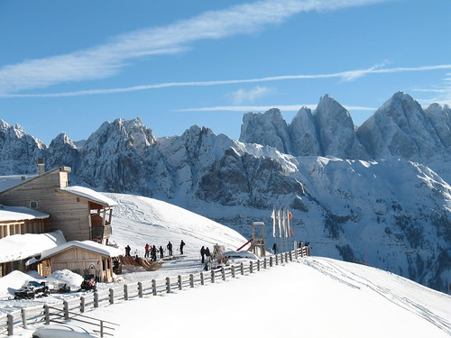 Die Rossalm im Skigebiet Plose mit Blick auf die Villnösser Geislerspitzen