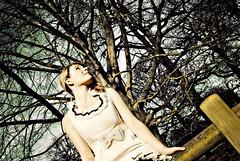 木に語りかける女性