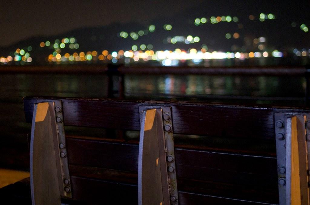 夜裡吵雜的都市 只有我心是抽離的 獨享寂寞