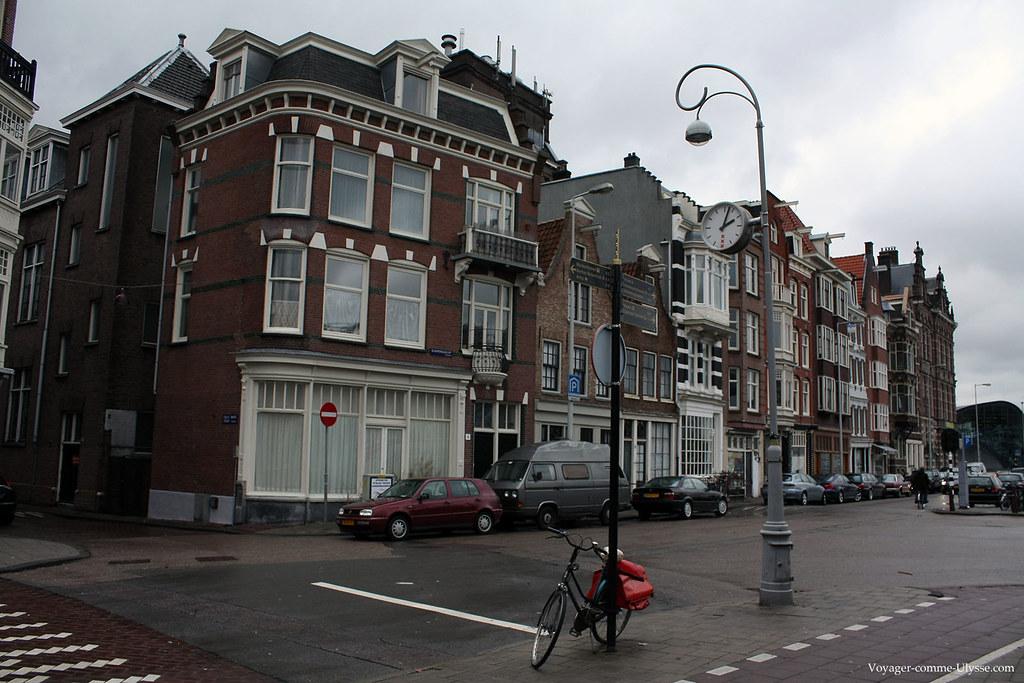 Lampadaire avec une horloge, dans une rue d'Amsterdam