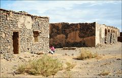 una bambina fra le rovine (livia.com) Tags: ruins marocco rovine merzouga bambina fortino