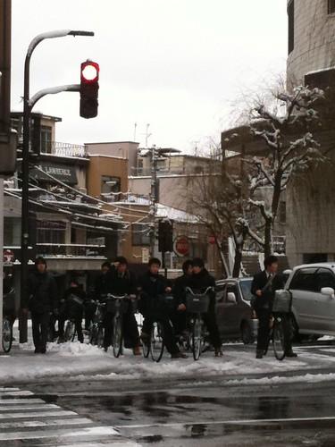 雪の金沢で高校生自転車集団