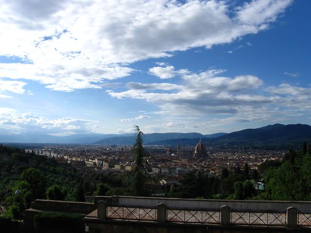 フィレンツェの大聖堂と街の全体のフリー写真素材