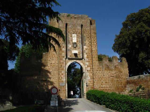 開いた門のフリー写真素材