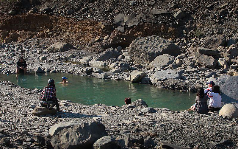 用挖土機硬開挖出來的大溫泉池