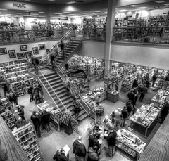 Borders In Trouble (Shobeir) Tags: people newyork wideangle books saratogasprings bookstore bookshop longline borders goingoutofbusiness closure bookstores libreria storeclosing flocking peopleinline bankruptcy sigma1020 librerias shobeiransari silverefexpro