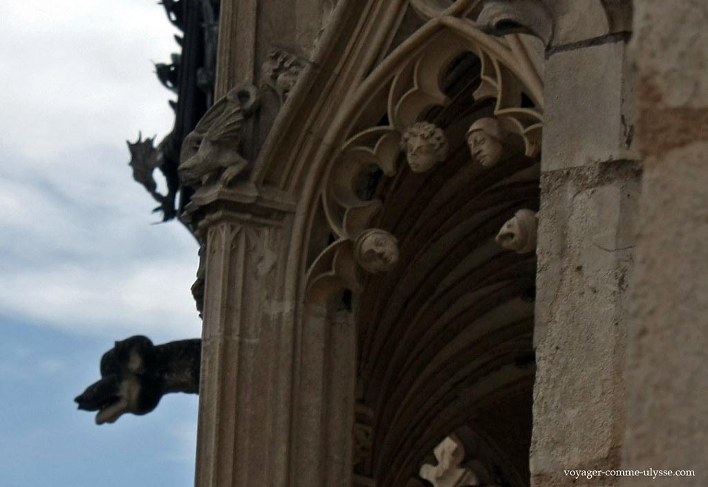 Décoration des fenêtres : têtes sculptées