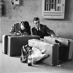 Viaggiatori anni '60 (Ferrovie dello Stato Italiane) Tags: turismo stazione treno viaggio emigranti turisti stato trenitalia treni dello ferrovie viaggiatori