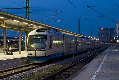 In der blauen Stunde stehen vier Triebwagen zur Abfahrt nach Schliersee, Bayrischzell, Lenggries und Tegernsee bereit