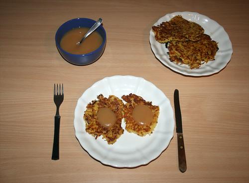 21 - Reibekuchen - fertiges Gericht mit Apfelmus
