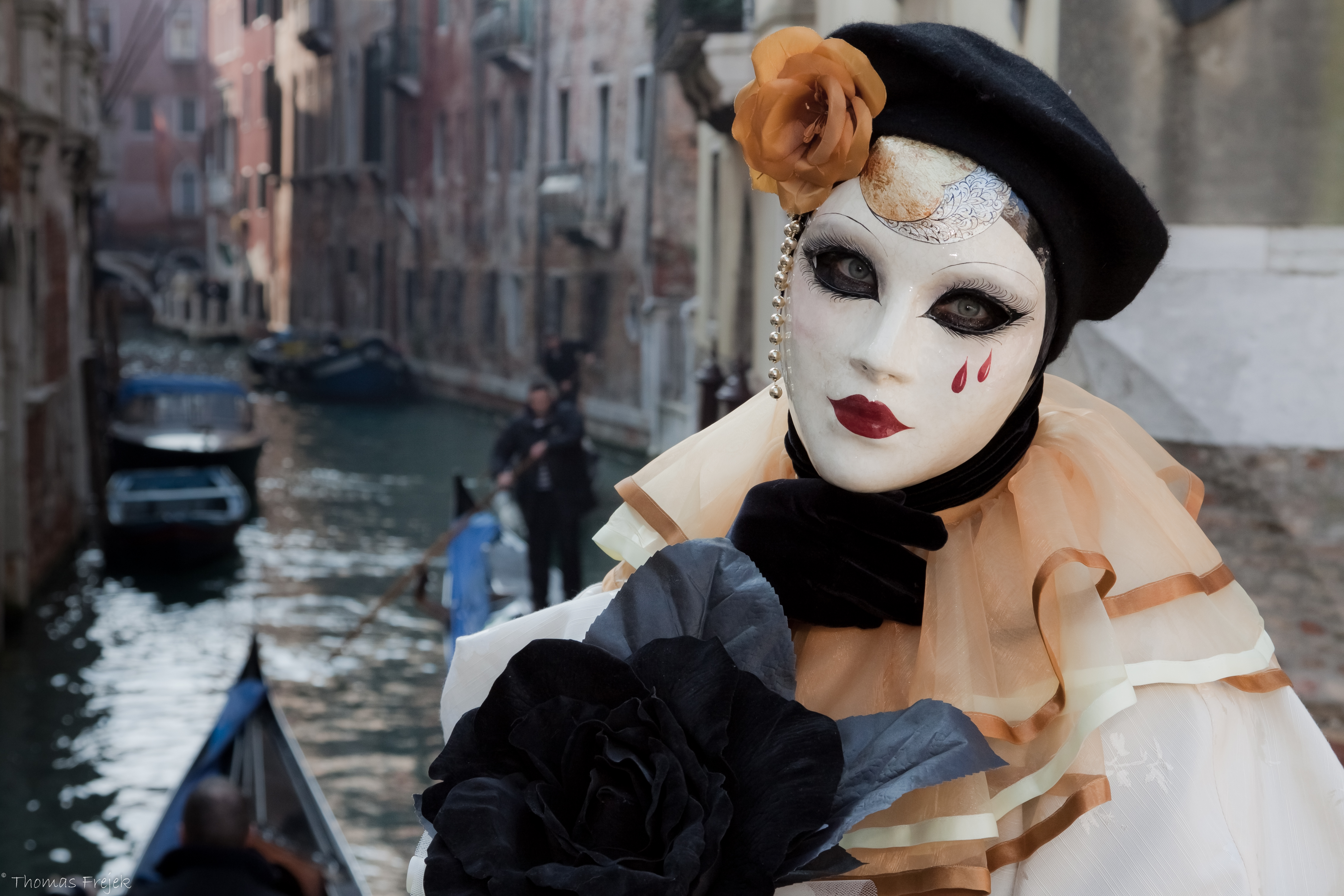 Реальные девушки в масках и костюмах 2 фотография