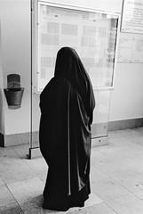 Es permisible que una mujer tenga diferentes prendas de ropa para la oración 5501602181_2261ea45e9_m