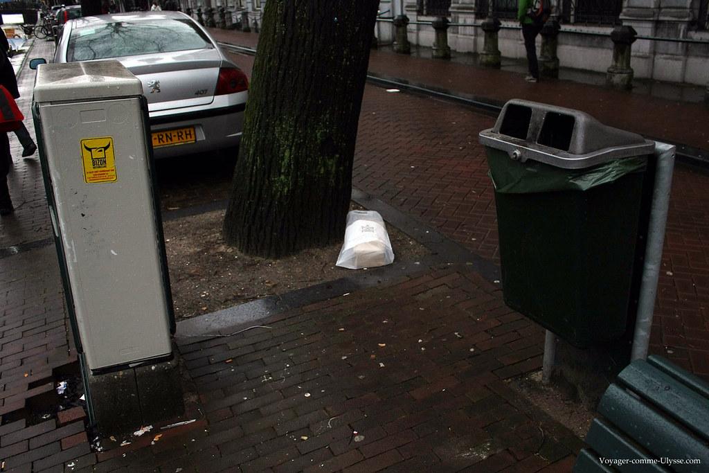 Poubelle d'Amsterdam, avec la division en deux morceaux de son ouverture
