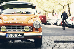 Wartburg (GZZT) Tags: auto street orange berlin car martin strasse rad gwb wartburg radfahrer bln pflastersteine briese scheinwerfer guessedberlin kollwitzstrase gzzt martinbriese gwbdanichtfr