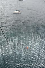 Rescatador y náufraga se sujetan al cable de la grúa