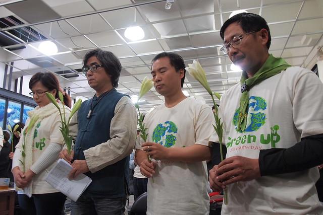 地球日啟動記者會上,與會者手持百合,為日本震災祈福