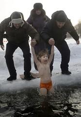 Russos mergulham criança em água gelada no Dia da Epifania