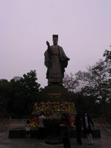 リー・タイトー像