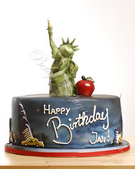 New York (Bettys Sugar Dreams) Tags: birthday newyork cake germany taxi hamburg caps geburtstag betty bigapple airbrush torte kurs konditorei fondant missliberty gumpaste geburtstagstorte freiheitsstatue geburtstagskuchen sugarpaste motivtorte bettinaschliephakeburchardt bettyssugardreams