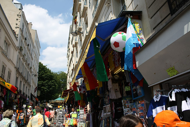 Rue remplie de vendeurs de souvenirs pour touristes