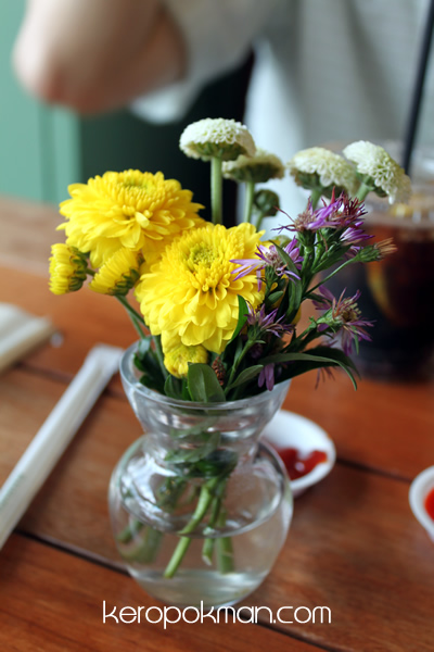 Freshness Burger - Flowers on each table