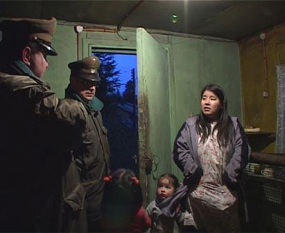"Susana når Carabineros (""militært politi"") lar henne overta huset hun har ventet på."
