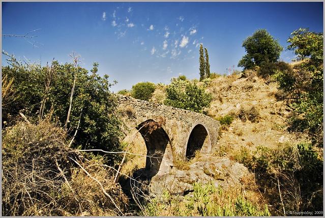 παλιά Ενετική γέφυρα στην Ακαπνού