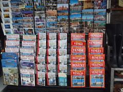 Bentky, Wenecja & co (rgrant_97) Tags: venice italy signs tourism souvenirs italia maps books rules postcards turismo venezia guides languages placas lnguas guidebooks idiomas postais cartoline lingue