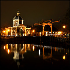Oudt Leyden (leuntje) Tags: bridge netherlands night leiden gate nightshot explore drawbridge brug frontpage poort gatehouse citygate ophaalbrug stadspoort avondopname morspoort morsbrug
