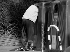 Abduccin urbana/Urban Abduction (Joe Lomas) Tags: photostakenwithaleica leica madrid espaa spain calle urbanphoto urban streetphoto street realphoto robados reality realidad candid fotourbana fotoreal fotoenlacalle callejero indigente pobre limosna mendigo beggar poor poverty pobreza indigencia limosnero pordiosero necesitado urbano contenedor container bn byn bw blancoynegro blackandwhite 4tografie