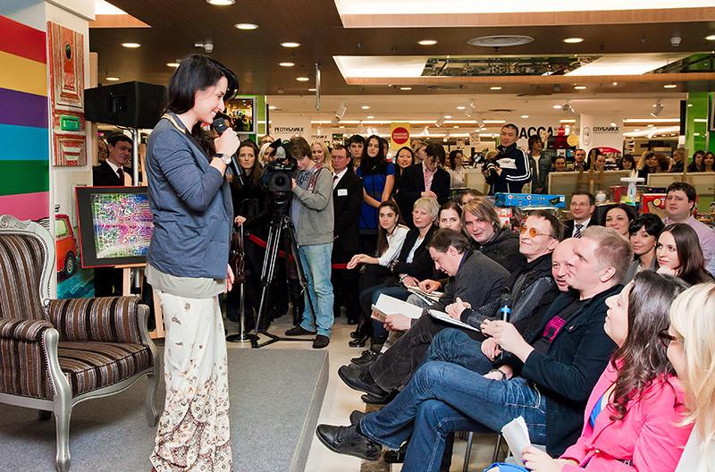 Тина Канделаки выступает перед гостями